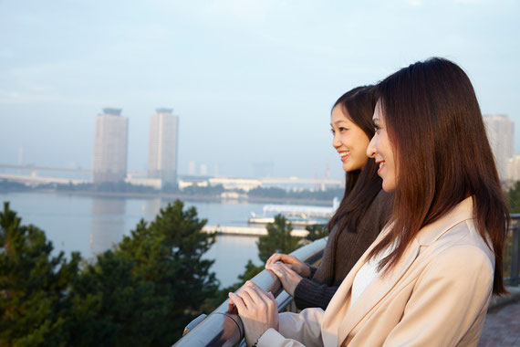 景色を見る2人の女性