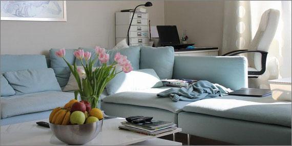 花とソファのある部屋