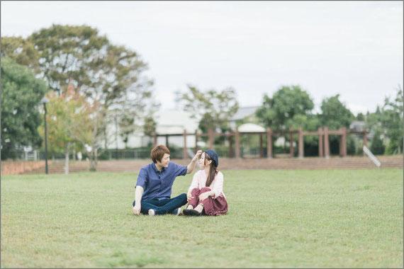 公園に座るカップル