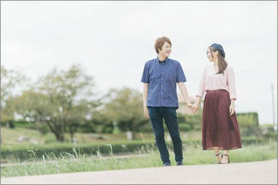 公園デートをするカップル