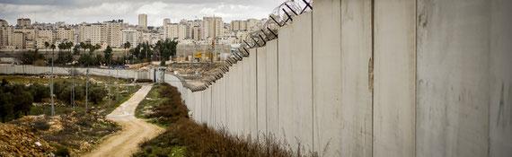 """Le mur de séparation, avec la """"capitale"""" Ramallah au fond. © Thomas Cantaloube"""