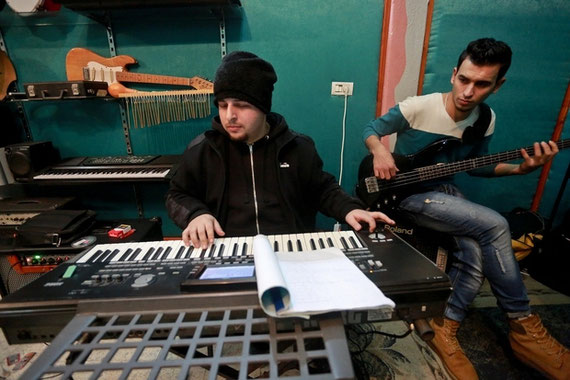 Le pianiste Samir al-Borno répète avec le groupe (MEE/Mohammed Asad)
