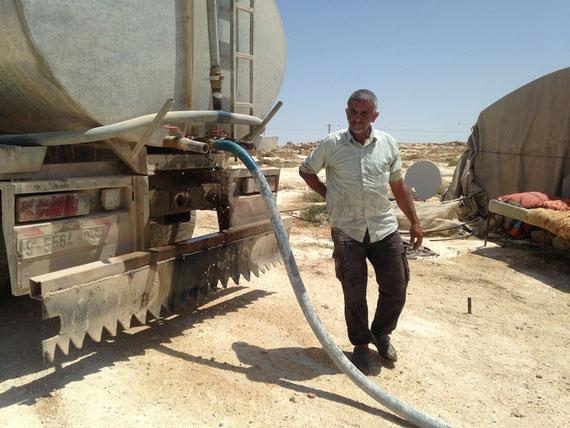 Bravant le risque de se faire arrêter par les autorités israéliennes, Hijazi Bhais livre de l'eau potable aux habitants de Susiya, le 2 juillet 2018 © C.D.