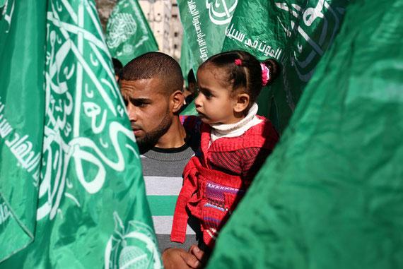 Un partisan du Hamas et sa fille commémorent le 29e anniversaire du mouvement à Gaza en décembre (AFP)