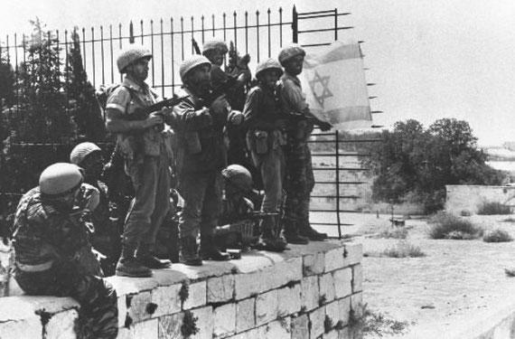 Des parachutistes-israeliens-apposent-leur-drapeau