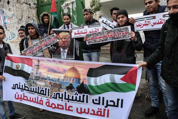Des manifestants palestiniens s'apprêtent à brûler une photo de Donald Trump, le 6 décembre 2017. SAID KHATIB / AFP