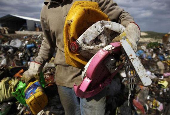 Un Palestinien collecte des déchets plastiques dans le village de Kfar Rai, en Cisjordanie. © Reuters