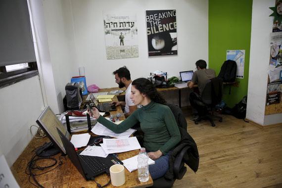 Des employés de « Breaking the Silence » à Tel-Aviv, en décembre 2015.Baz Ratner/Reuters
