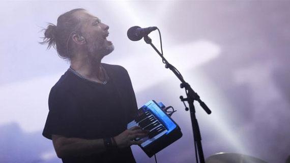 Radiohead joue sur la Pyramid Stage à Worthy Farm dans le Somerset pendant le festival de Glastonbury au Royaume-Uni le 23 juin 2017 [Reuters/Dylan Martinez]