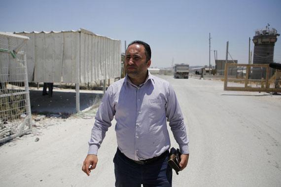 Issa Amro avant son audience devant le tribunal militaire d'Ofer (Cisjordanie), le 9 juillet. Abbas Momani. AFP