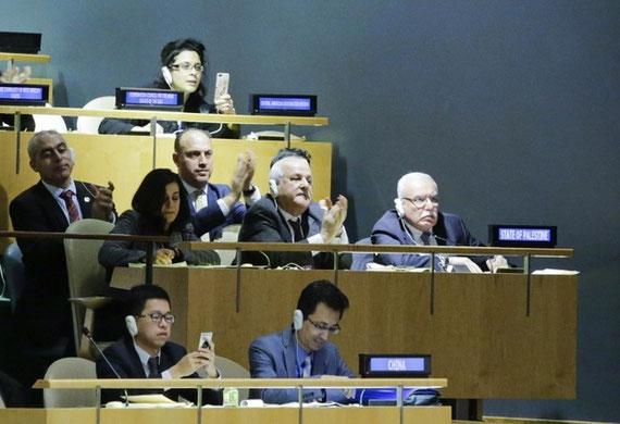 Riyad Mansour (centre), ambassadeur de la Palestine à l'ONU, et sa délégation célèbrent les résultats du vote de l'Assemblée générale de l'ONU sur Jérusalem (AFP)