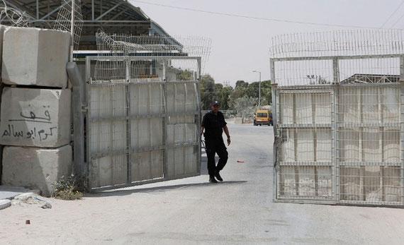 Un agent de sécurité palestinien à la porte sous contrôle palestinien, au poste-frontière de Kerem Shalom entre Israël et la bande de Gaza, après la fermeture par Israël du poste-frontière d'Erez en juin 2015 (AFP)