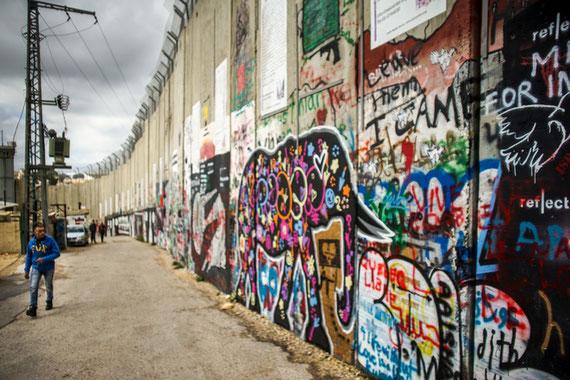 Le mur de séparation entre Israël et les territoires palestiniens, ici à Bethléem. Une peinture inspirée par l'artiste Banksy, avec une citation de Nelson Mandela : « Nous savons très bien que notre liberté est incomplète sans la liberté des Palestiniens