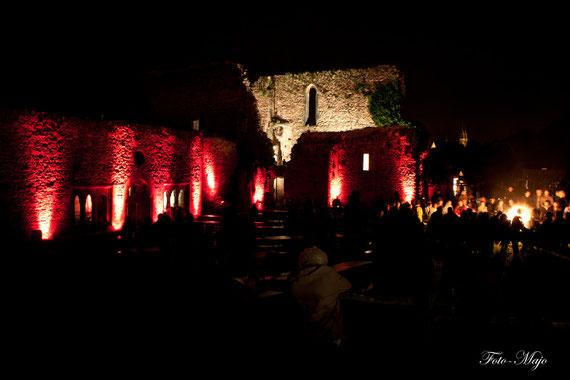 beleuchtete Klosterruine