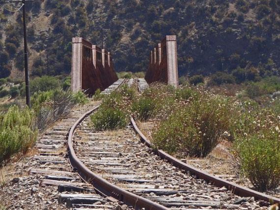 Stillgelegte Eisenbahnstrecke, vor allem zu Bergwerken, heute durch Buslinien ersetzt.