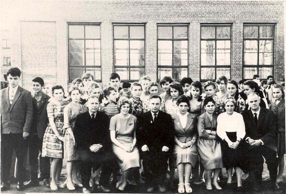На выпускном вечере 13 июня 1963 года