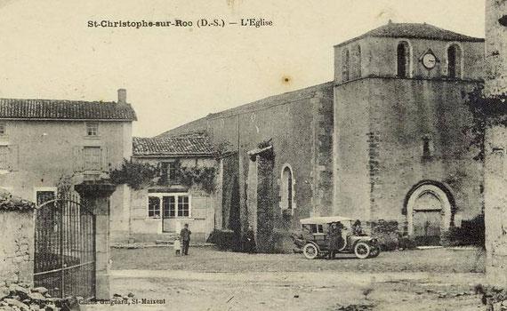 Carte postale ancienne montrant l'église du village