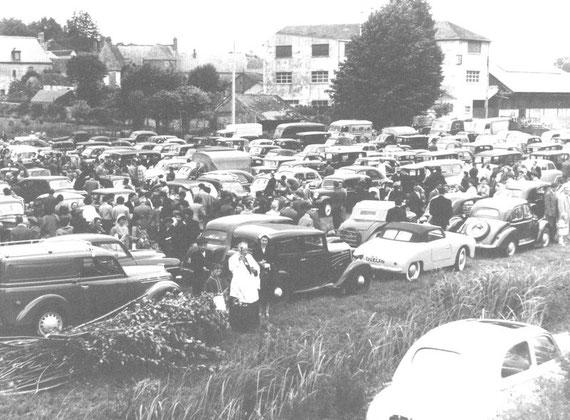 La bénédiction des automobiles dans le pré, en 1954