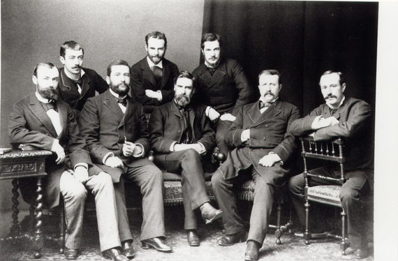 Raymond (2e assis à partir de la droite). Florand (1er debout à partir de la droite)