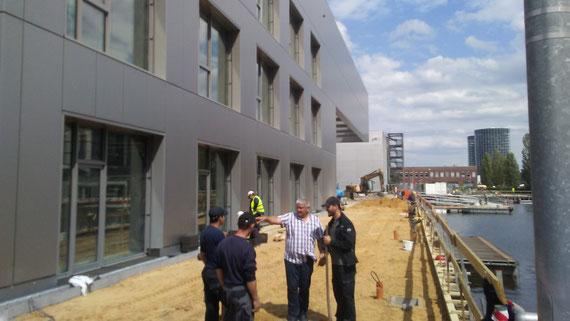 Uwe Schellbach (Klötzer Bau GmbH & BV Baustofffachhandel GmbH) und Tibor Balazs beim Bau der Terrasse von Hafen 1 in der Autostadt Wolfsburg.