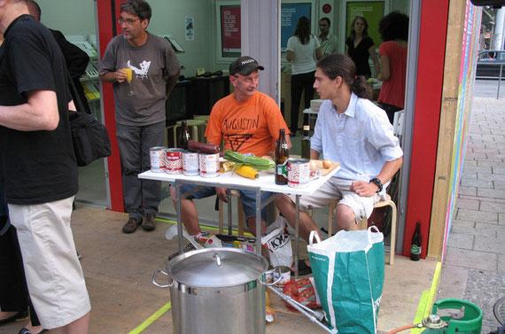 Cafe Melange Eröffnung mit dem interaktiven Kunstprojekt DIE JAHRESSUPPE und MitarbeiterInnen des Magazins AUGUSTIN