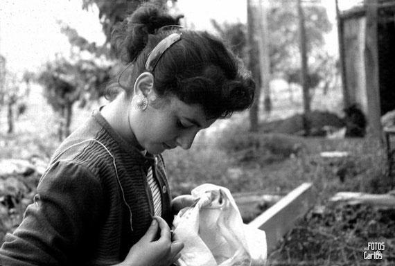 1958-Muchacha-cosiendo-Carlos-Diaz-Gallego-asfotosdocarlos.com