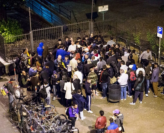 Volontari della Ronda durante la distribuzione serale del cibo insieme all'Unità di Strada della C.R.I.