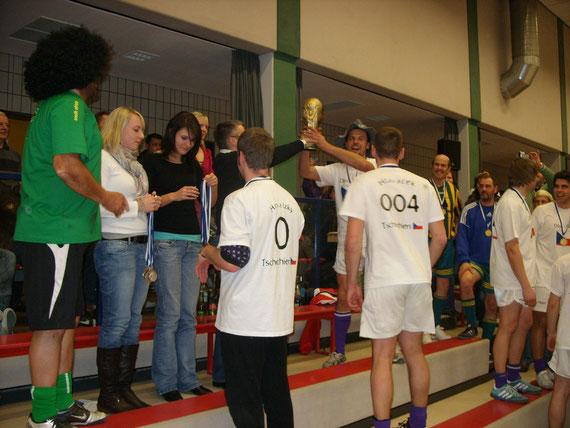 Sponsor Michael Wich überreicht den WM-Pokal