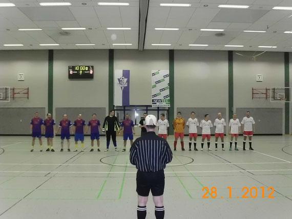 Beide Finalteams bei der Hymne-Im Vordergrund Finalschiri Pierluigi Collina.