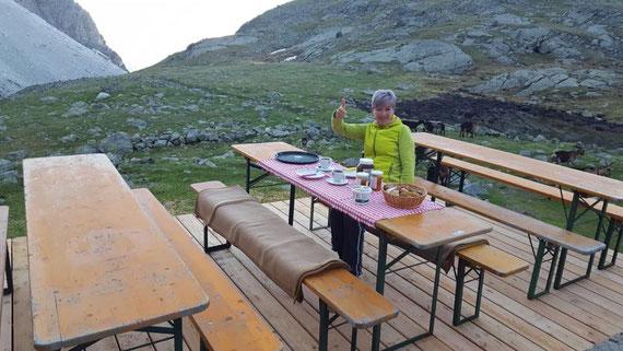 Das erste Frühstück auf der neuen Terrasse