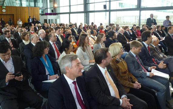 Die geladenen Gäste im Gremien-Saal der Deutschen Welle in Bonn am 24. April 2012.