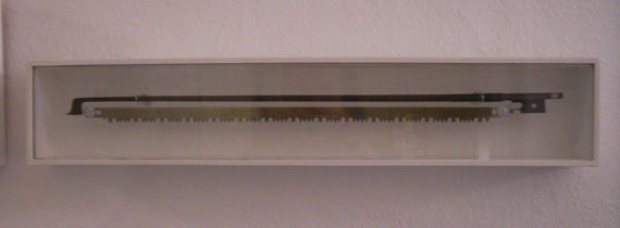 Geigenbogen, Sägeblatt, Holz, Glas. 2000.