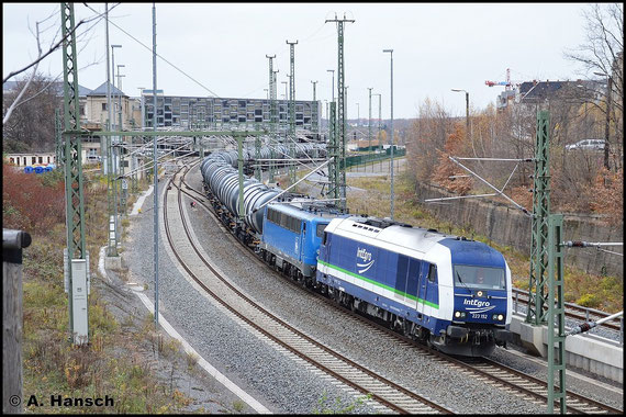 Am 14. November 2015 verlassen 140 845-9 (PRESS 140 008-6) und Vorspannlok 223 152-0 Chemnitz Hbf. mit GC 69083 am Haken