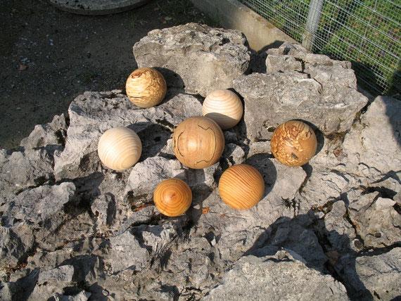 Verschiedene Holzkugeln auf Stein