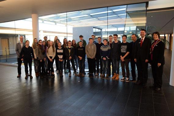 Die Schülerinnen und Schüler des Max-Planck-Gymnasiums beim Kick Off-Termin in der Sparkasse Karlsruhe-Ettlingen