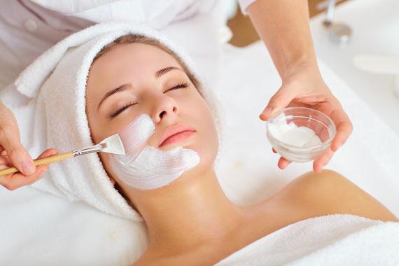 Mildes medizinisches Microneedling, Glow-Peeling und Maske