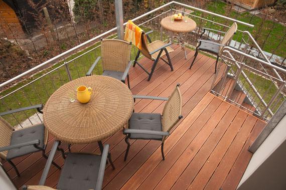 Überdachte Terrasse mit Zugang zum Garten