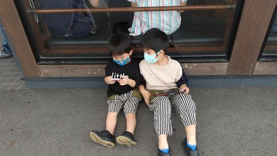 待っている子供たちの写真