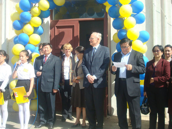Herr Dr. Gelegjamts (Direktor der Schule), Frau Schulte-Hillen (Fachberaterin der ZfA), Herr Pius Fischer (Botschafter der Bundesrepublik Deutschland): Eroeffnung des Alexander-von-Humboldt-Tages an unserer Schule (Mai 2010)
