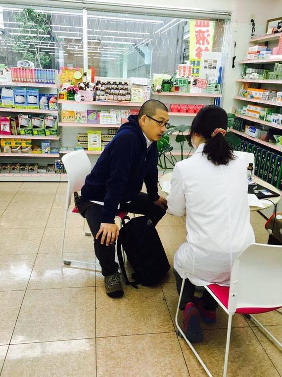 薬局でできる簡易血液検査の様子