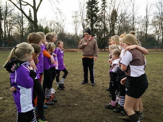 Rugbytraining und Rugbypiel einmal nur für Mädchen, Spielerinen aus mehreren Vereinen waren im Stadtpark dabei