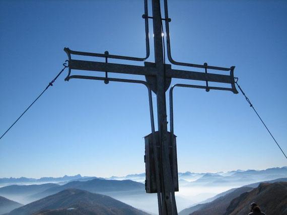 Nach Süden hin das Gipfelkreuz mit Nockbergen und Julischen sowie Karnischen Alpen
