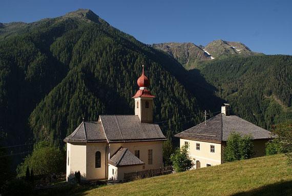 Die Kirche in Teuchl, im Hintergrund rechts das Schroneck, ein schönes Schitourenziel