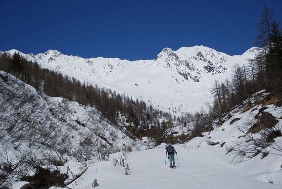 Kurz vor der Gratalalm, im Hintergrund Stawipfel (links), Annaruhe (Mitte) und Löcherwände (rechts); der Aufstieg erfolgt links der Bildmitte