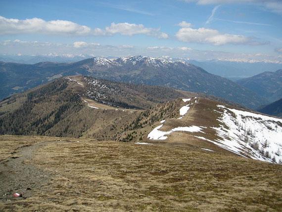 Blick zurück über den breiten Aufstiegsgrat, im Hintergrund zeigt sich der Mirnock