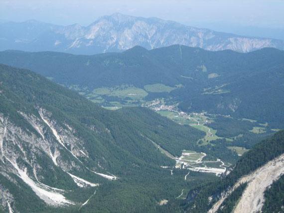 Nach Norden hin zeigt sich der Dobratsch (2167m) und im Vordergrund Planica mit der Schiflugschanze