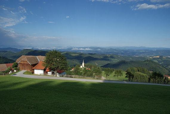Bei der Auffahrt der Blick über das Klagenfurter Becken nach Westen welcher von den Julischen Alpen (links) bis zu den Nockbergen (rechts) reicht