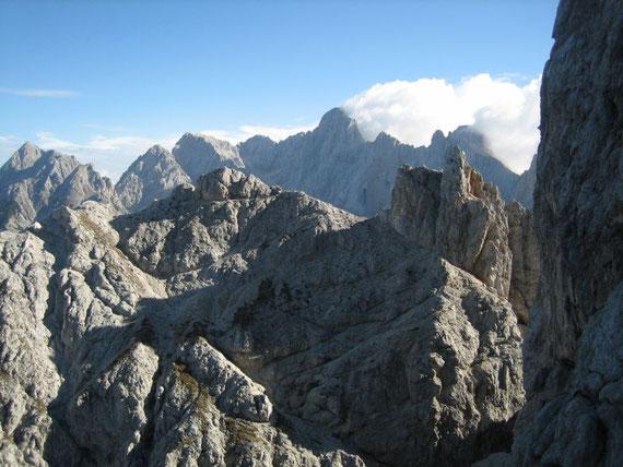 Knapp unterhalb des Gipfels zeigen sich die Skrlatica (2740m) und Spik (2452m. ganz links im Bild)