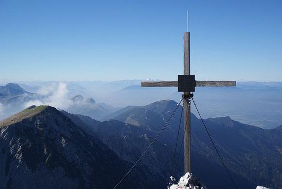 Schon am Hochstuhl der Blick zurück zu Weinasch (ganz  links) und Bärentaler Kotschna (knapp links vom Kreuz); im Hintergrund links der Kahlkogel sowie der Mittagskogel