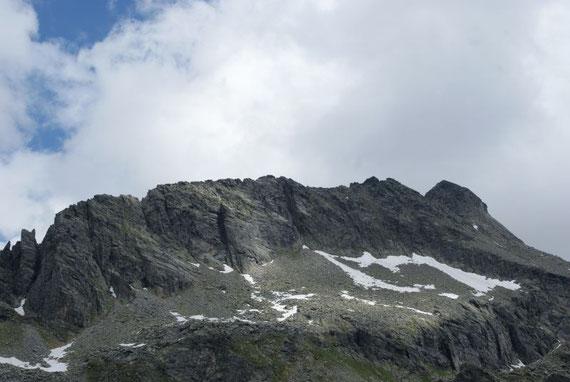 Hohe Leier, der Klettersteig beginnt ganz links und zieht dann über den Grat zum Gipfel (rechts)